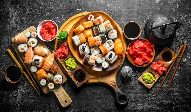 Traditionele japanse sushi rolt op snijplanken.
