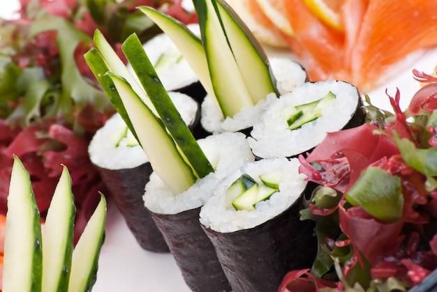 Traditionele japanse voedselsushi. closeup japanse sushi op een witte plaat. sushiset