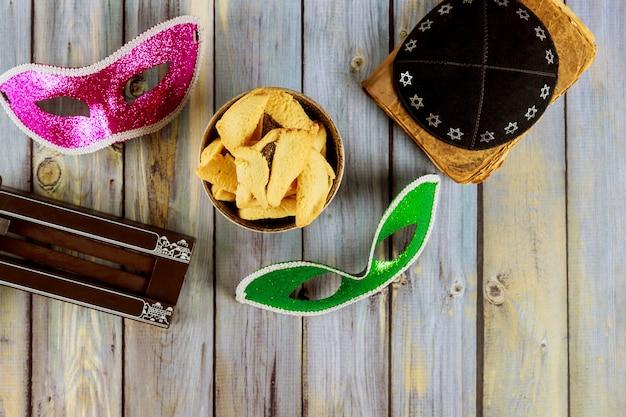 Traditionele joodse carnaval vakantie purim feest en hamantaschen koekjes, lawaaimaker en masker