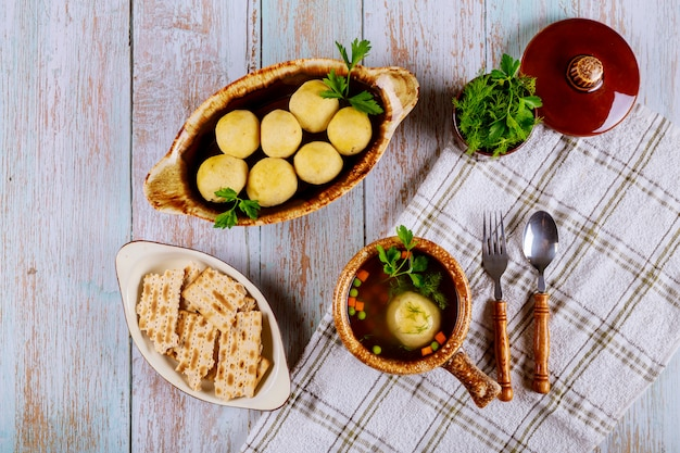 Traditionele joodse matzah ballensoep, matzo en matzo balletjes