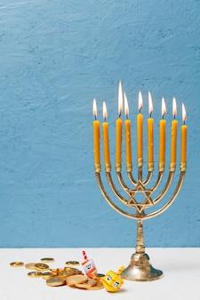 Traditionele joodse menorah met kaarsen