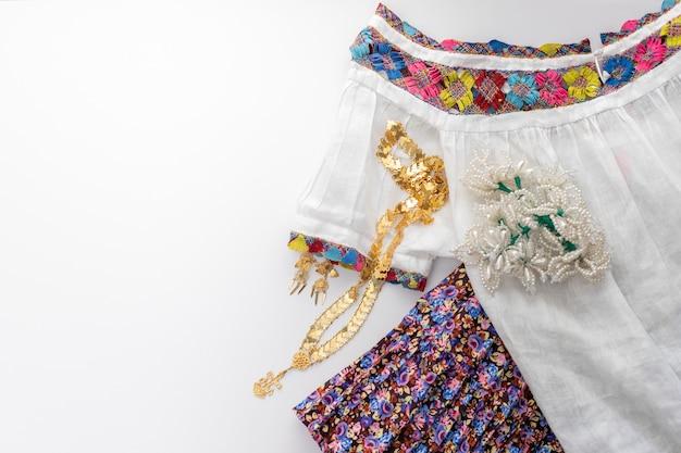 Traditionele jurk van de boerin van panama handgemaakt, met haar gouden sieraden