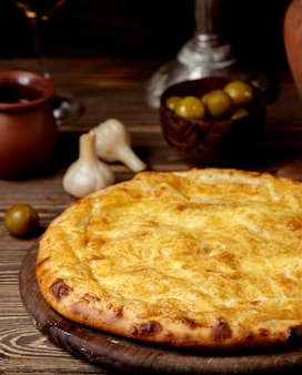 Traditionele kaas khachapuri op tafel