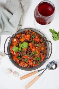 Traditionele kaukasische gerecht lobio, gestoofde bonen met groenten in tomatensaus