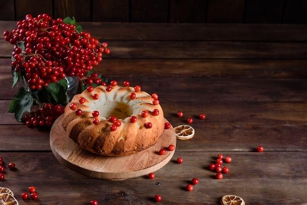 Traditionele kerst cranberry taart. voorbereiding van de feesttafel voor de viering van kerstmis