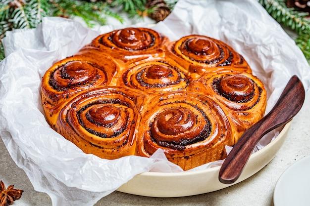 Traditionele kerst poppy cake in kerstversiering. kerst eten concept.