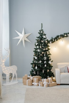 Traditionele kerstboom in de woonkamer in pastel kleuren