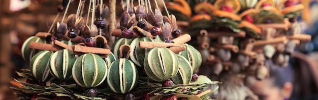 Traditionele kerstgeurende decoratie gemaakt van kruiden en gedroogd fruit op de markt