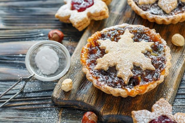 Traditionele kerstkoekjes met gedroogd fruit en noten op houten tafel
