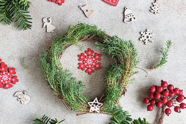 Traditionele kerstkrans met decoratieve bessen en houten kerstmisspeelgoed