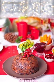 Traditionele kerstpudding met hulst erop.