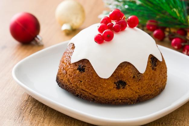 Traditionele kerstpudding op houten tafel