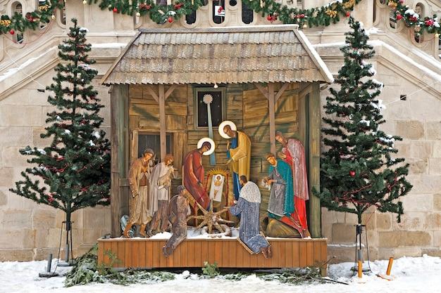 Traditionele kerststal met maria en jozef en kindje jezus