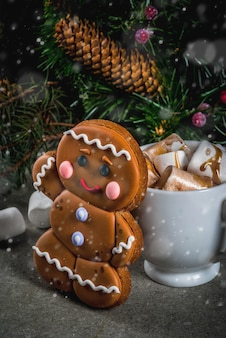 Traditionele kersttraktatie. warme chocolademelk met marshmallow, peperkoek man cookie, fir tree takken en xmas vakantie decoraties copyspace