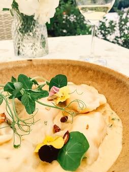 Traditionele keuken culinaire en gastronomische reizen zelfgemaakte dumplings in champignonsaus recept poolse p...