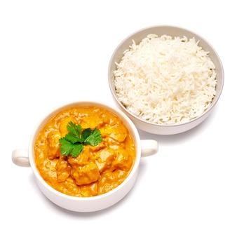 Traditionele kippenkerrie en een kom gekookte geïsoleerde rijst