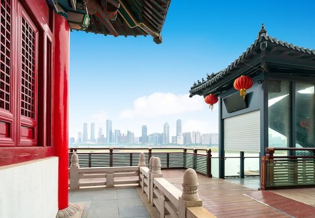 Traditionele klassieke architectuur aan de rivier, nanchang, china.