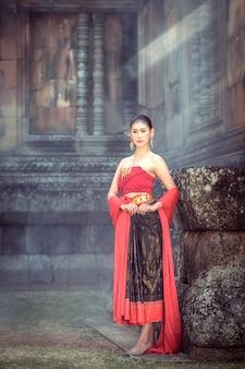 Traditionele klederdracht voor dames die het khmer-kasteel bewandelt.