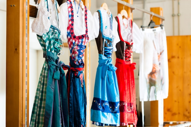 Traditionele kleding - tracht of dirndl in een winkel