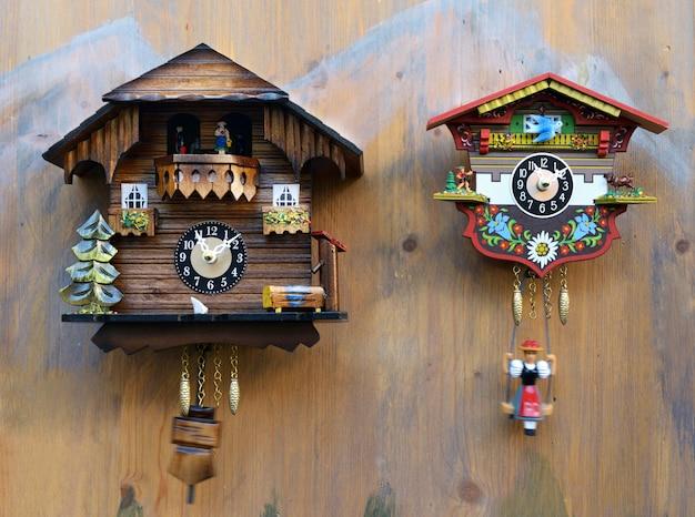 Traditionele kleurrijke houten koekoeksklokken