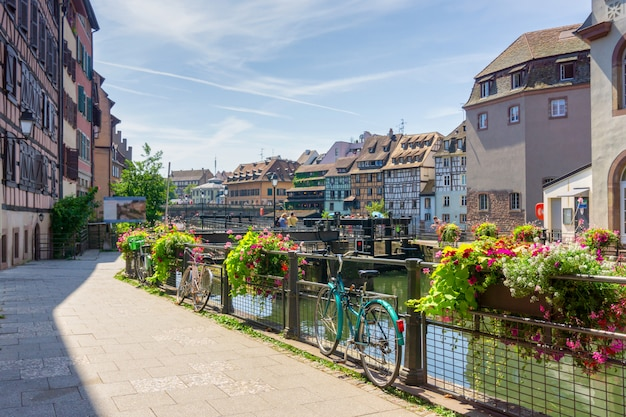 Traditionele kleurrijke huizen in straatsburg in frankrijk