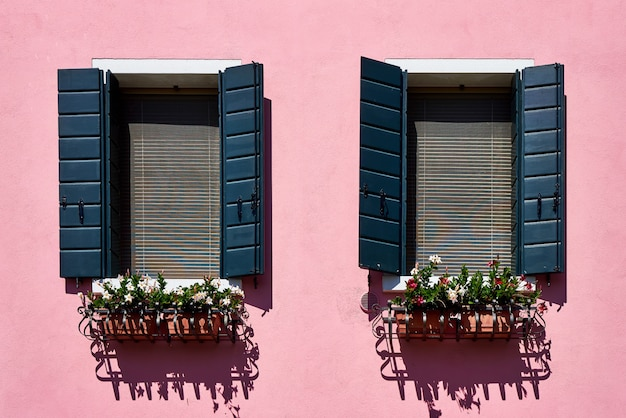 Traditionele kleurrijke muren en ramen met groene luiken van de oude huizen.