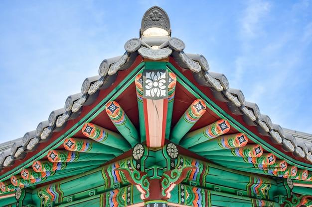 Traditionele koreaanse houten tuinhuisje met geschilderde ornament en bell vriendschap binnen
