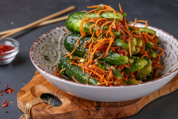 Traditionele koreaanse komkommer kimchi-snack: