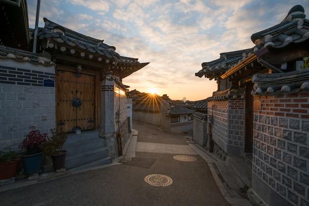 Traditionele koreaanse stijlarchitectuur bij het dorp van bukchon hanok in seoel, zuid-korea.