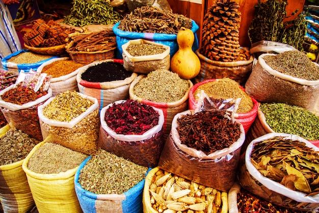 Traditionele kruiden en kruiden op een markt in marokko.