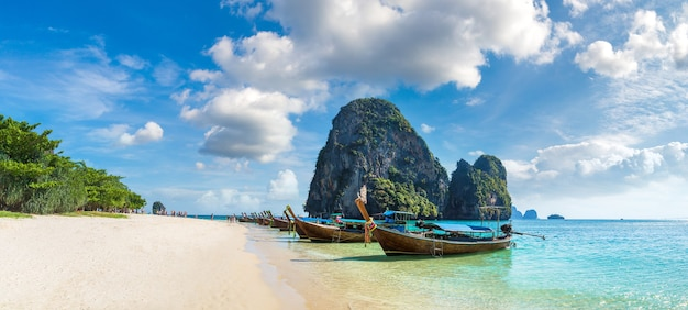 Traditionele lange staartboot op ao phra nang-strand, krabi, thailand
