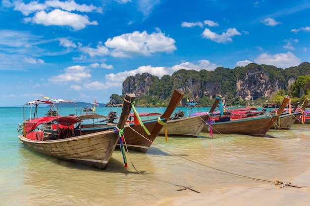 Traditionele lange staartboot op railay-strand, krabi, thailand