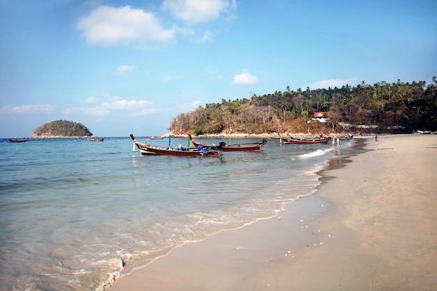 Traditionele langstaartboten op het zeestrand tegen de achtergrond van eilanden andamanse zee