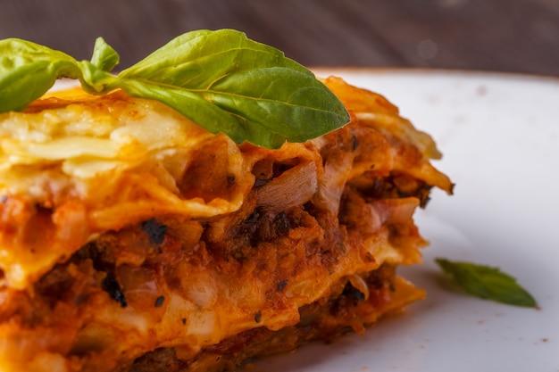Traditionele lasagne gemaakt met rundergehakt bolognesesaus en bechamelsaus