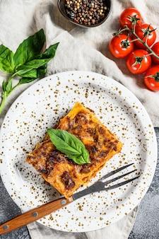 Traditionele lasagne gemaakt van gehakt, bolognesesaus en bechamelsaus