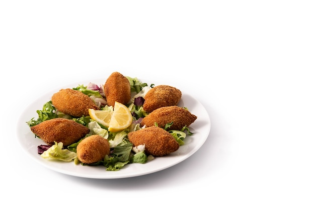 Traditionele libanese kibbeh met citroen op witte plaat