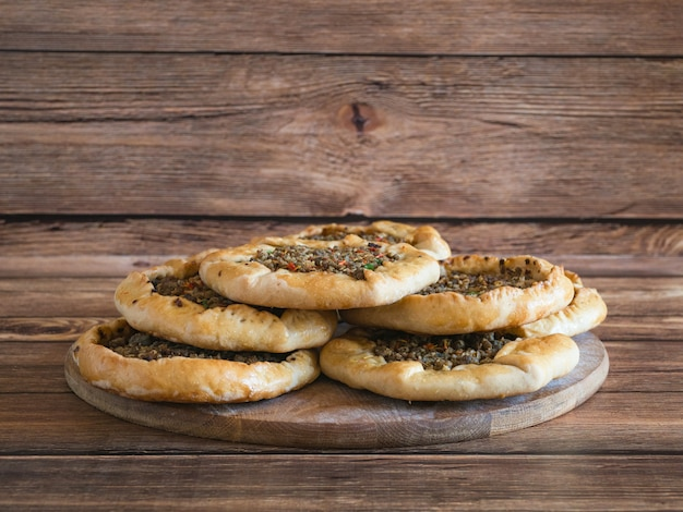 Traditionele libanese vleespasteien op een houten lijst