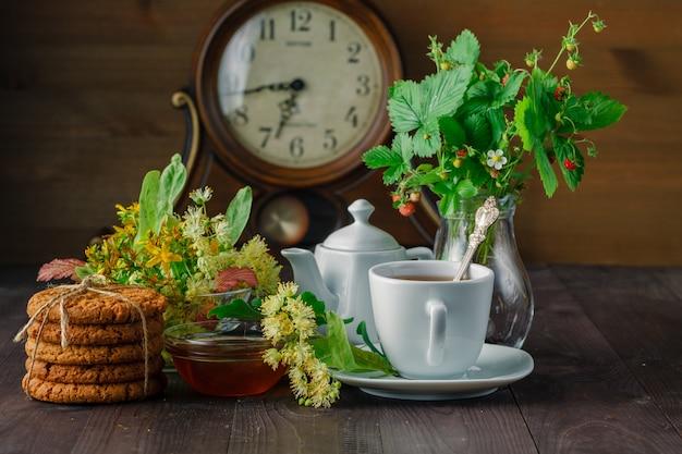 Traditionele linde thee, bloemen en linde takken