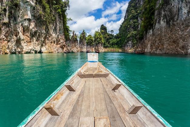 Traditionele longtail boot met prachtig landschap uitzicht in ratchaprapha dam in khao sok national park, provincie surat thani, thailand.