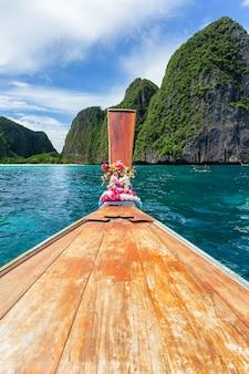 Traditionele longtailboot met prachtig landschapszicht bij maya bay op het eiland phi phi leh in zonnige dag