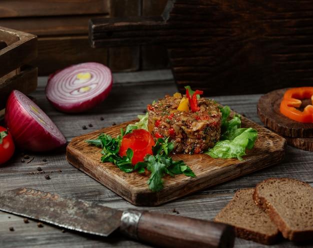 Traditionele mangal salade geserveerd met groen