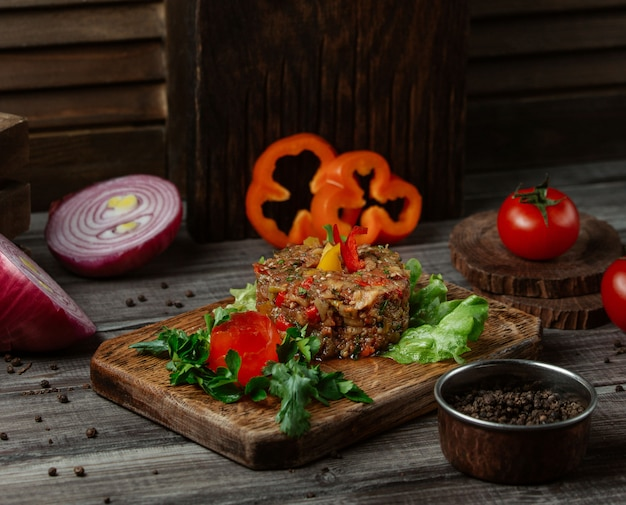 Traditionele mangalsalade met gekleurde paprika