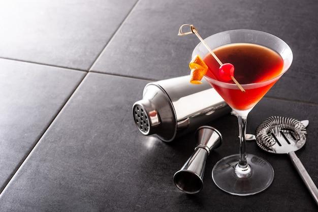 Traditionele manhattan-cocktail met kersen