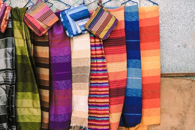 Traditionele marokkaanse sjaals en sjaals in een winkel in ouarzazate, marokko.