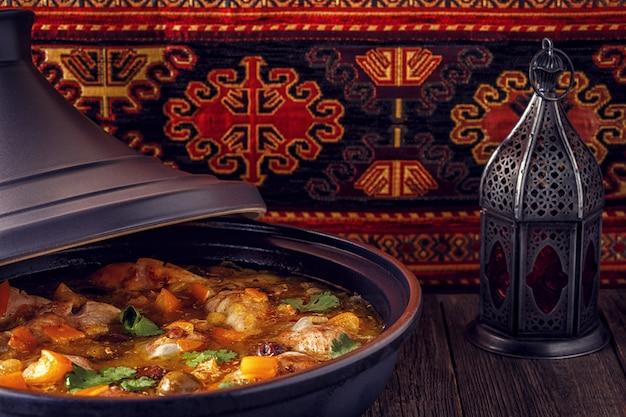 Traditionele marokkaanse tajine van kip met gezouten citroenen, olijven