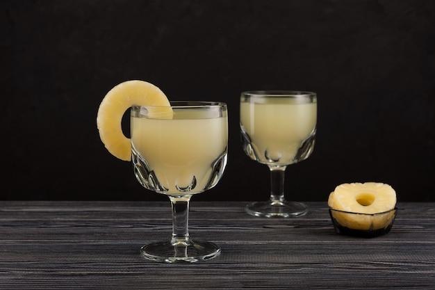 Traditionele mexicaanse drank die bekend staat als tepache. gefermenteerde ananasdrank of kwas met ananassap in drinkglazen.