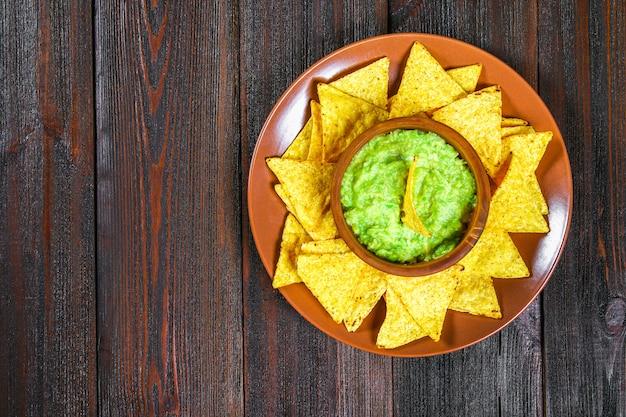 Traditionele mexicaanse guacamole saus gemaakt van avocado en limoen