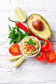 Traditionele mexicaanse guacamole van de avocadosaus