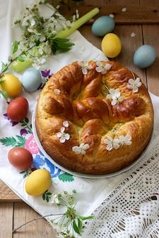 Traditionele moldavische en roemeense paascake met wrongelvulling en decoratie in de vorm van een kruis.