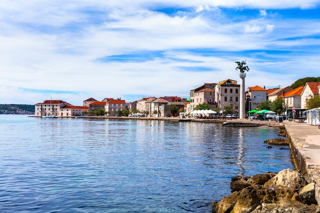 Traditionele mooie kustplaats kastela in kroatië.